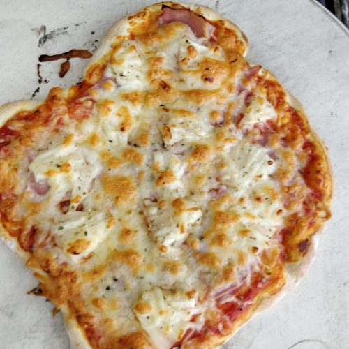 Pizza vom Pizzastein auf einem Gasgrill