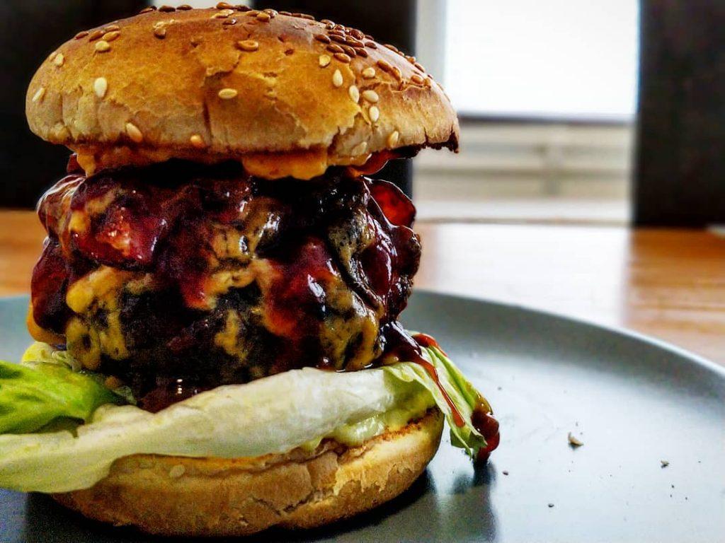 The Big-Fat-One Bacon-Cheeseburger. (Mit Feta gefüllte Burgerpatties)
