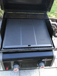 Gusseisen Grillplatte auf einem Weber Spirit EO-210 Gasgrill