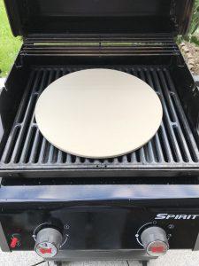 Pizzastein auf einem Weber Spirit EO-210 Gasgrill