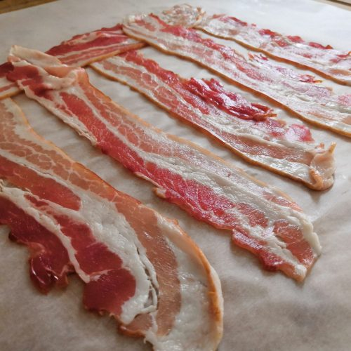 Bacon auf Backpapier