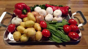 Kartoffeln Tomaten Pilze in Edelstahlschale