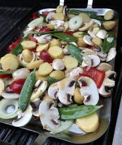 Pilze Kartoffeln Paprika auf dem Gasgrill