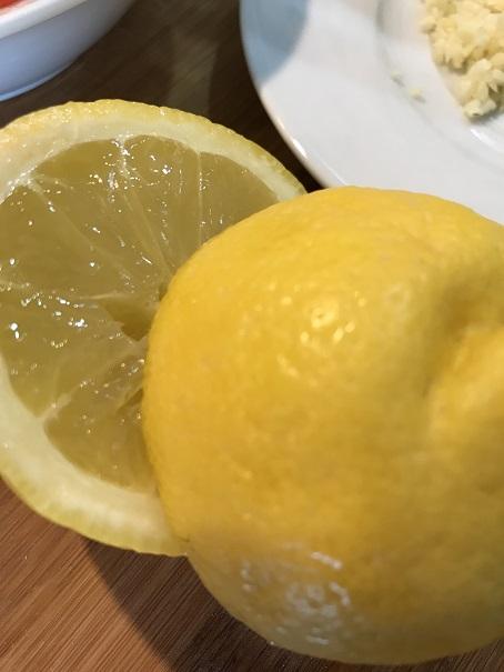 gelbe Zitrone halbiert