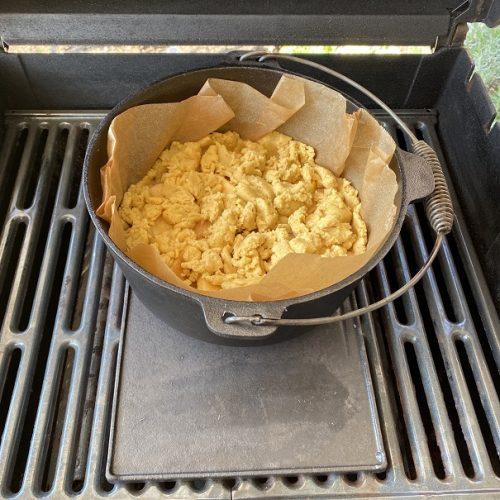 Apfelkkuchen im DutchOven auf einem Grill
