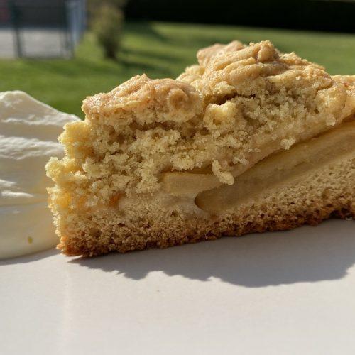 Ein Stück Apfelkuchen aus dem DutchOven
