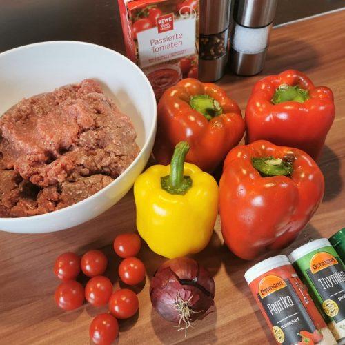 Übersicht von Zutaten für gefüllte Paprika aus dem DutchOven