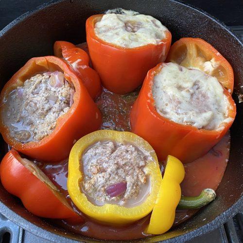 mit Hackfleisch gefüllte Paprika in einem DuchOven