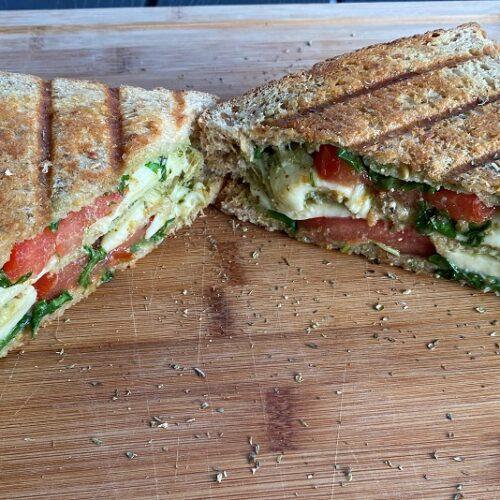 fertiges Tomate Mozarella Sandwich vom Grill