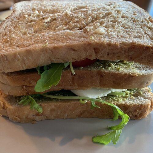 belegtes Sandwich mit Rucola und Pesto