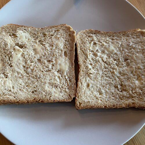 Toast mit Butter bestrichen