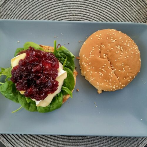 Hirschburger mit Camembert und Preiselbeeren