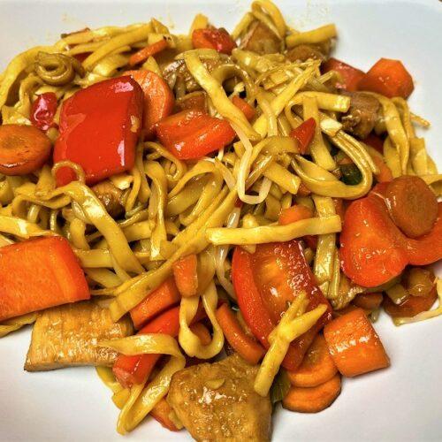 fertiger Teller mit Asia Nudeln