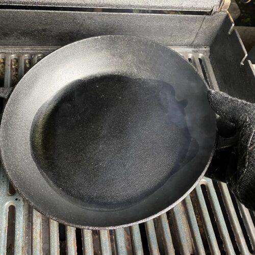 Sesamöl erhitzt in Gusseisenpfanne