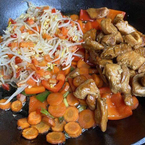 Gemüse und Hähnchen in Gusspfanne