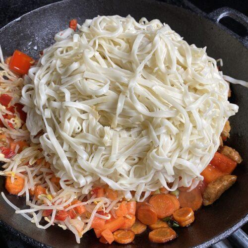 Asia Nudeln und Gemüse in Gusspfanne
