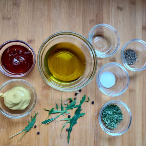 Hier bekommt ihr das Rezept für ein schnelles leckeres Honig Senf Dressing.