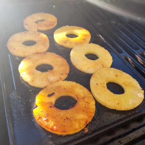gegrillte Ananas auf einer Gusseisenplatte