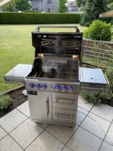 Komplettansicht mit offenem Deckel des Zunda MGG 442 Master von Mayer Barbecue