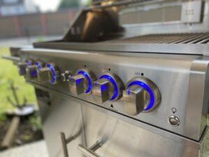 Nahaufnahme der beleuchteten Drehregler des Gasgrills Zunda MGG 442 Master von Mayer Barbecue